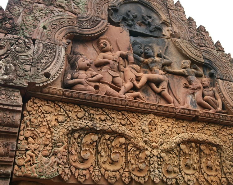 Monkey relief of Banteay Srei competing